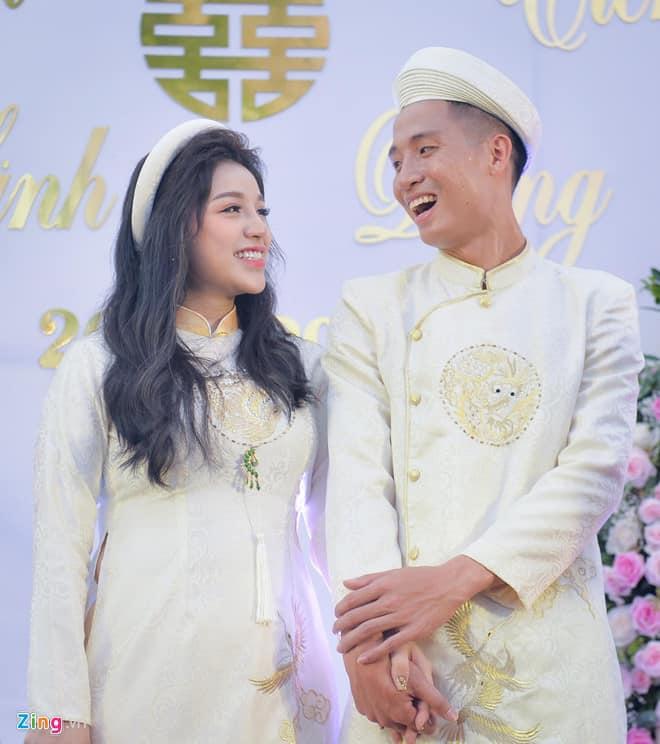 Tiến Dũng hạnh phúc cùng bạn gái Khánh Linh.